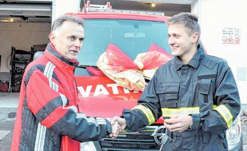 Novo navalno vozilo za vatrogasce, veselje i zabava za djecu